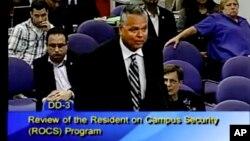 Scot Peterson durante una reunión de la junta escolar del condado Broward, en Florida, el 18 de febrero de 2015. (Imagen tomada de video/Broward County Public Schools).