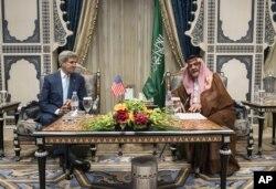 Jon Kerri Saudiya Arabistoni Tashqi ishlar vaziri Saud al-Faysal bilan ko'rishayapti.
