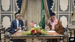 El secretario John Kerry conversa con el príncipe Saudi Saud al-Faisal, ministro de Relaciones Exteriores de Arabia Saudita, a su llegada a ese país.