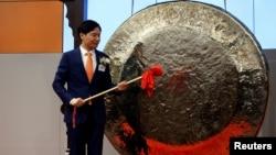 資料照片:小米公司創始人,董事長兼首席執行官雷軍準備在香港交易所敲鑼,小米公司在香港上市。(2018年7月9日)