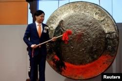 小米公司创始人,董事长兼首席执行官雷军准备在香港交易所敲锣,小米公司在香港上市(2018年7月9日)。