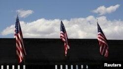 30일 미국 뉴멕시코 주 선랜드 파크의 크리스토 레이 산 부근의 미-멕시코 간 국경장벽에 성조기가 걸려 있다.