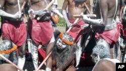 FILE - Penduduk asli Australia dari suku Aborigin. Pemerintah Northern Territory di Australia meminta komite formal mencari cara untuk mengganti nama tempat yang menyinggung dengan kata-kata atau frase Aborigin.