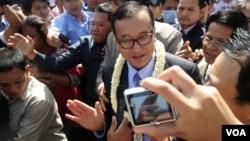 Sam Rainsy, ketua partai oposisi Cambodia National Rescue, berbicara pada media di Phnom Penh (16/8). (VOA/Robert Carmichael)