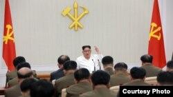 朝中社2018年5月18日發布金正恩主持軍委會照片。