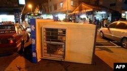 Під час акцій протесту у місті Аншун демонстранти перекинули поліцейське авто.