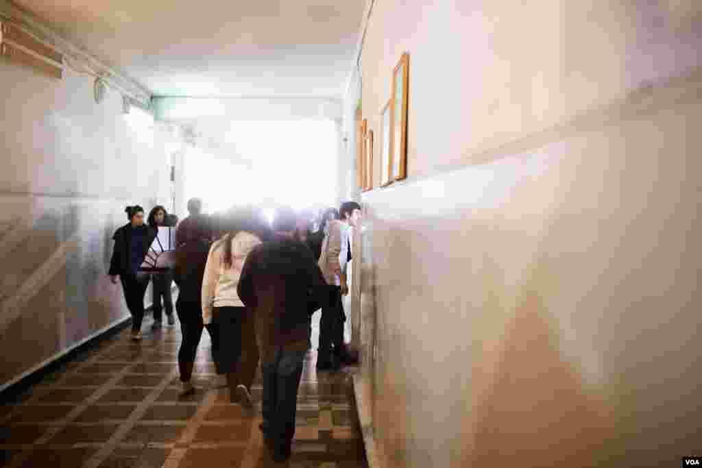 Between classes, Syrian Armenian students mingle with Armenian classmates at High School No. 114 in Yerevan, Armenia, February 20, 2013. (V. Undritz/VOA)