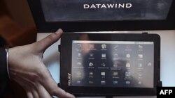 """Máy tính bảng """"Aakash"""" có màn ảnh màu cảm ứng rộng 18 centimet, nối wi-fi, và hai cổng USB"""
