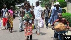 Des habitants du sud de Brazzaville fuient les combats entre les forces sécuritaires congolaises et des assaillants le 4 avril 2016.