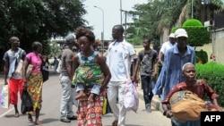 Des résidents des quartiers sud de Brazzaville fuient les affrontements entre les forces de sécurité congolaises et des assaillants inconnus le 4 Avril 2016. / AFP / STRINGER / Congo OUT