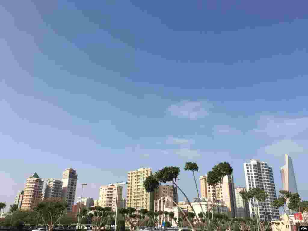 کویت، شهر ساختمان های بلند. این شهر حدود پنجاه هزار جمعیت دارد. البته جمعیت اطراف آن بیش از دو میلیون است.