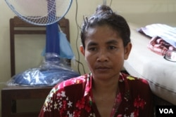 Ma Phearavy, 41, tells VOA Khmer of her family's hardship while attending to her injured husband at a state-run hospital in Phnom Penh, Cambodia, May 11, 2020 (Sun Narin/VOA Khmer)