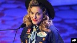 Penyanyi Madonna berpakaian seperti pramuka pada acara pemberian penghargaan untuk komunitas gay, lesbian dan transgender GLAAD Media Awards di New York (16/3). (AP/Evan Agostini/Invision)