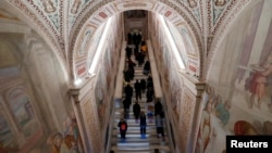 Para peziarah berdoa di Tangga Suci di Roma, Italia, 16 April 2019. (Foto: Reuters)