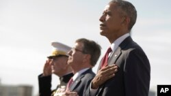 지난 11일 미국 국방부(펜타곤)에서 거행된 9·11 테러 15주기 행사에서 바락 오바마(오른쪽) 대통령이 관계자들과 함께 국기에 대한 경례를 하고 있다. 왼쪽부터 조셉 던포드 합창의장과 애슈턴 카터 국방장관. (자료사진)