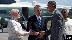 菲律賓駐美國大使庫西亞(左) 2015年11月17日在馬尼拉國際機場歡迎美國總統奧巴馬到訪