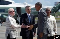 ປະທານາທິບໍດີ ສະຫະລັດ ທ່ານ Barack Obama, ທີ່ສອງຈາກຂວາ ສຳພັດມືກັບ ເອກອັກຄະລັດຖະທູດ ຟິລິບປີນ ປະຈຳ ສະຫະລັດ ທ່ານ Jose Cuisia Jr., ທີ່ເດີ່ນບິນ Manila, ປະເທດ Philippines, ພະຈິກ 17, 2015.