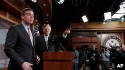 """""""Razvedka ma'lumotlariga tayanamiz"""", - deydi respublikachi senator Richard Bur. Demokrat senator Mark Vorner izchil tergov o'tkazamiz, deydi."""
