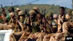Tentara Chad duduk di truk pickup saat meninggalkan Bangui (Foto: dok). Militan Boko Haram dari Nigeria telah membunuh sedikitnya lima orang dalam serangan pagi hari di Chad.