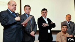 El secretario general de la OEA, José Miguel Insulza, acompañó al fotoperiodista Gervasio Sánchez y a una de las víctimas, Manuel Orellana.