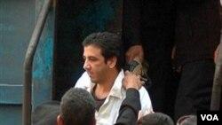 Abdel Kareem Nabil, blogger Mesir saat dibebaskan setelah menjalani hukuman empat tahun penjara.