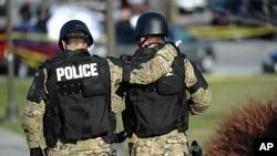維吉尼亞理工大學槍殺案後兩名警察在發生事件的現場