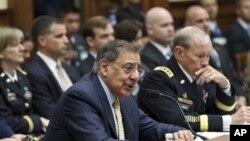 Menteri Pertahanan Amerika Leon Panetta (kiri) dalam dengar pendapat di Capitol Hill, Washington (19/4).