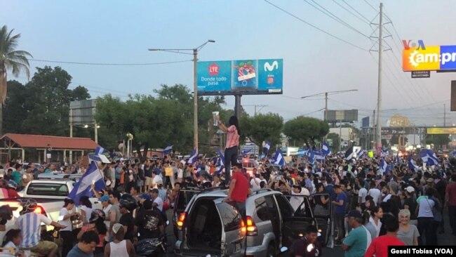 Manifestantes tomaron las calles de Managua, Nicaragua, nuevamente el domingo, 22 de abril, de 2018, para protestar contra reformas al Seguro Social.