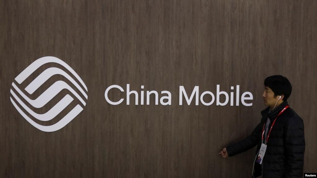 一名男子路過中國移動的標誌