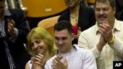 Elián González, centro, participa de una sesión en la Asamblea Nacional de La Habana, el pasado mes de diciembre cuando rindieron homenaje a los 5 espías cubanos liberados por EE.UU.