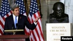 미국의 존 케리 국무장관이 지난 30일 미 의회에서 열린 윈스턴 처칠 전 영국 총리의 흉상 제막식에 참여했다. (자료사진)