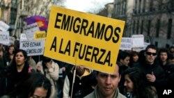 Des manifestants protestent contre le chômage des jeunes et l'émigration provoquée par la crise financière à Madrid, Espagne, le 7 avril 2013. Sur leurs pancartes, il est écrit : «Nous sommes obligés de partir» et «Ils nous renvoient».