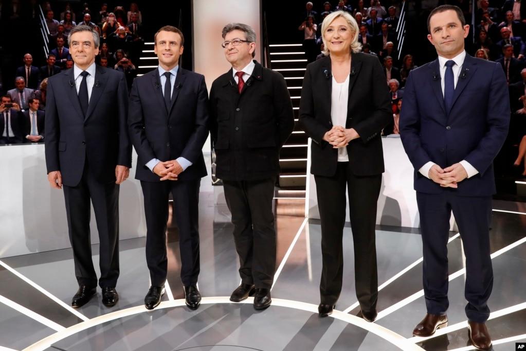 五位總統候選人在巴黎郊外辯論前合影(2017年3月20日)。 左起:保守派候選人菲永,獨立的中間派候選人馬克龍,極左翼候選人梅朗雄,極右翼候選人勒龐,社會黨候選人阿蒙。
