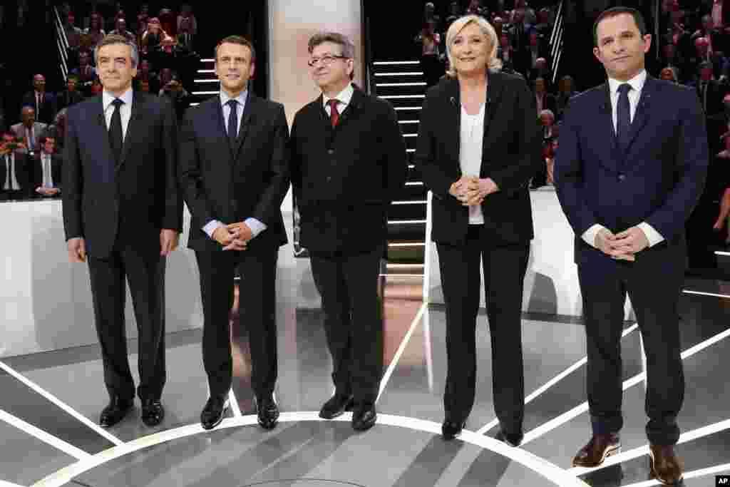 法国总统选举的五位总统候选人在巴黎郊外辩论前合影(2017年3月20日)。左起:保守派候选人菲永,独立的中间派候选人马克龙,极左翼候选人梅朗雄,极右翼候选人勒庞,社会党候选人阿蒙。