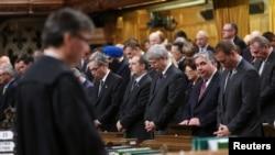 Đại biểu Quốc hội dành một phút mặc niệm tại trụ sở Hạ viện ở Ottawa khi chính phủ trở lại làm việc sau vụ nổ súng
