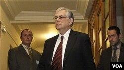 Perdana Menteri Yunani Lucas Papademos setibanya di Pertemuan Parlemen di Atena, Yunani (10/2).