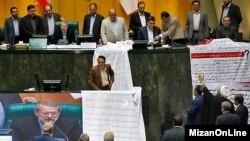 مخالفان طومارهایی با خود به جلسه علنی مجلس آورده بودند و فضا برای دقایقی متشنج شد