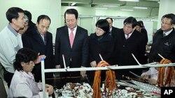 지난달 10일 개성공업구 생산시설을 돌아보는 국회 외교통상통일위원회와 남북관계발전특별위원회 대표단.