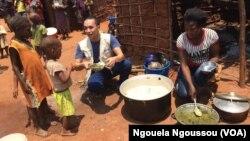 Aloys Robin, du PAM, avec les enfants à la cantine scolaire à Makodi dans le nord du Congo-Brazzaville, 23 mars 2017. (VOA/ Ngouela Ngoussou)