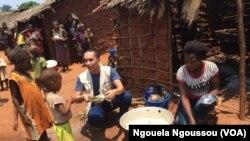Aloys Robin du PAM avec les enfants ORA pendant la cantine scolaire à Makodi dans le nord du Congo-Brazzaville, 23 mars 2017. (VOA/ Ngouela Ngoussou)
