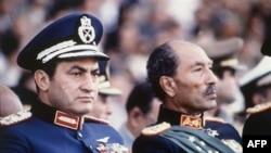 Vitse-prezident Husni Muborak va prezident Anvar Sadat, parad paytida otishma boshlanishidan bir necha daqiqa oldin olingan rasm, 6 oktabr 1981