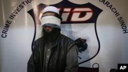 파키스탄 치안 당국이 지난 2010년 2월 탈레반 2인자 물라 압둘 가니 바라다니를 생포했다며 공개한 사진.