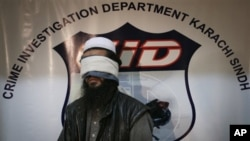 Pakistanske vlasti dovele su pred novinare neimenovanog, navodnog komandanta Talibana ubrzo pošto su potvrdili da je uhvaćen zamenik komandanta avganistanskog Talibana, Mula Abdul Gani Baradar. 17, 2010.