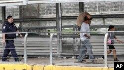 Ever Castillo y su familia, inmigrantes de Honduras, son escoltados a través de la frontera por agentes de la Agencia de Aduanas y la Patrulla Fronteriza el 21 de junio de 2018 en Hidalgo, Texas.