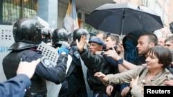 5月4日烏克蘭內政部安全部隊試圖把人群擋在敖德薩警察局外