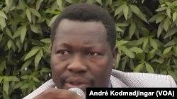 Mbaimong Guembaye Brice du MPTR Mouvement des Patriotes Tchadiens pour la République prend la parole lors d'une conférence de presse à N'Djamena, 29 avril 2016. VOA/André Kodmadjingar