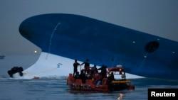 """Polisi maritim Korea Selatan terus melakukan upaya pencarian penumpang yang masih hilang di depan kapal ferry """"Sewol"""" yang tenggelam di perairan Jindo (16/4)."""