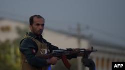 阿富汗士兵在事發地點戒備