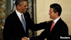 2일 멕시코시티에서 공동기자회견을 마친 바락 오바마 미국 대통령(왼쪽)과 엔리케 페냐 니에토 멕시코 대통령이 악수하고 있다.