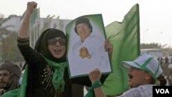 Para pendukung Moammar Gaddafi melakukan unjuk rasa di dekat kompleks Gaddafi di Bab al-Aziziya, Tripoli yang menjadi target serangan NATO.